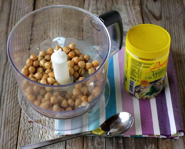 Frullate i ceci con due cucchiai di tahina (facilmente reperibile nei negozi specializzati oppure al supermercato benforniti nel reparto etnico)