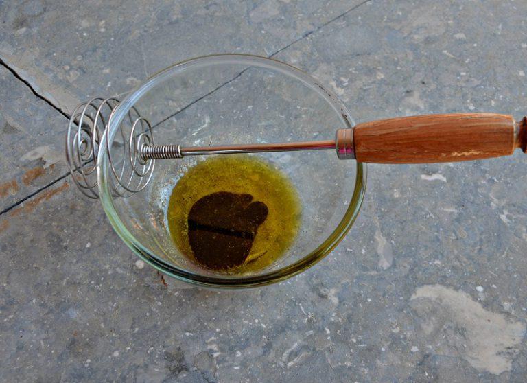 Emulsionate l'olio con il sale, il pepe e l'aceto, versate sull'insalata e mescolate Distribuite i pistacchi e servite