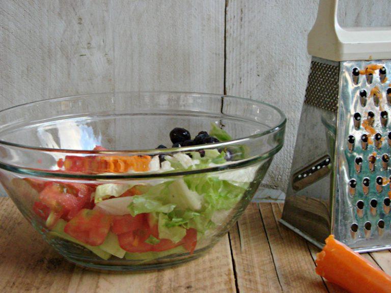Mettete frutta e verdura dentro una ciotola di vetro.