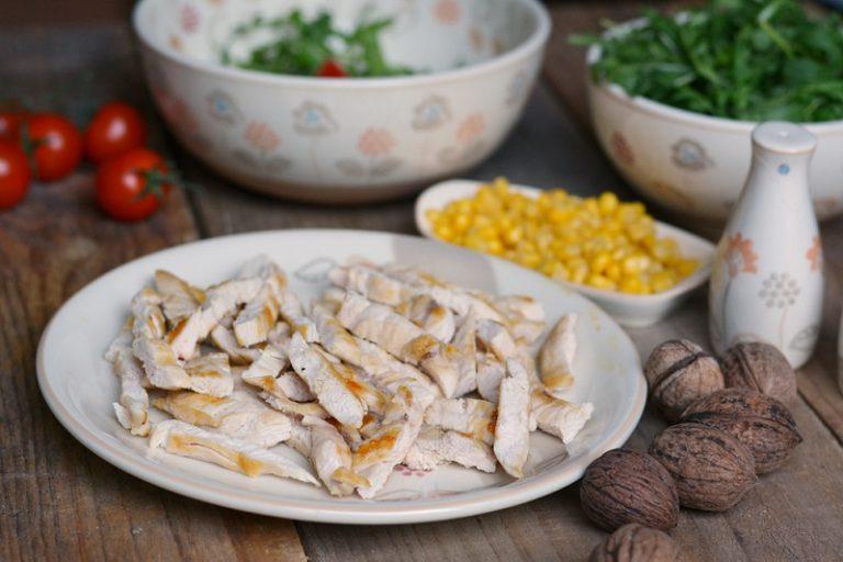 quando il pollo sarà completamente freddo, tagliarlo a strisce