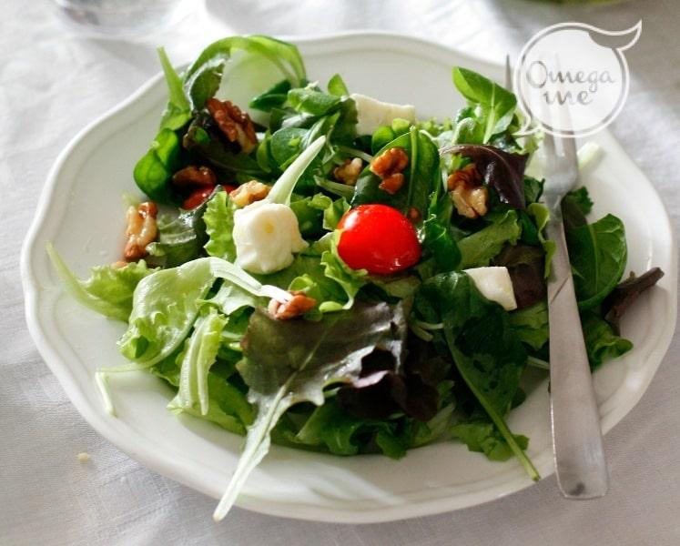 Insalatona verde con formaggio fresco e noci