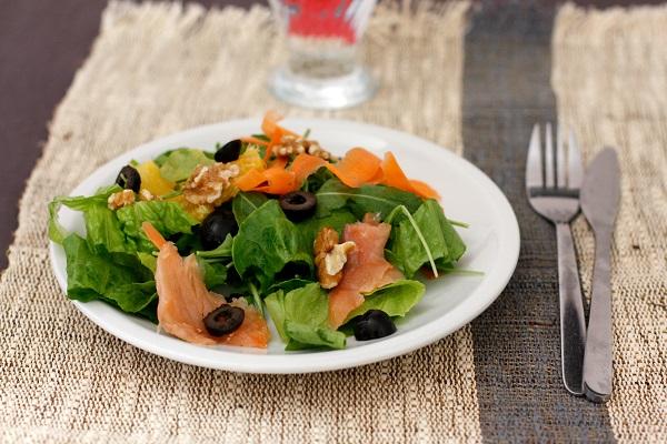 In una ciotola con la lattuga lavata e tagliata, versare tutti gli ingredienti precedenti, più il salmone a fettine sottili e condire con olio e limone.