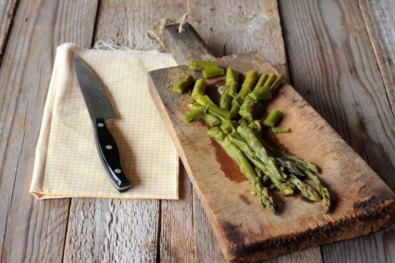 Tagliate gli asparagi a piccoli tocchetti, e conditeli con due cucchiai di olio extravergine d'oliva e un cucchiaio di aceto balsamico. Mescolate l'orzo con gli ulteriori due cucchiai di olio e servitelo con gli asparagi, i lamponi e qualche goccia di aceto balsamico.