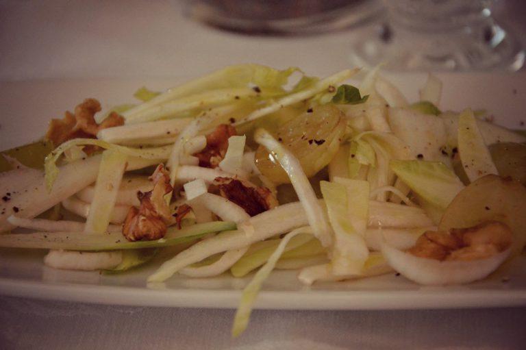 Versate sull'insalata, mescolate e servite
