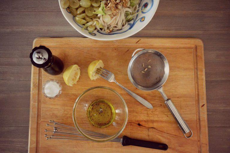 Emulsionate il sale con il pepe, il succo del limone e l'olio, sbattete con una forchetta