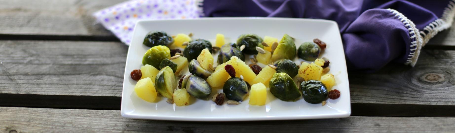 Insalata tiepida di cavoletti di bruxelles con uvetta e semi di girasole