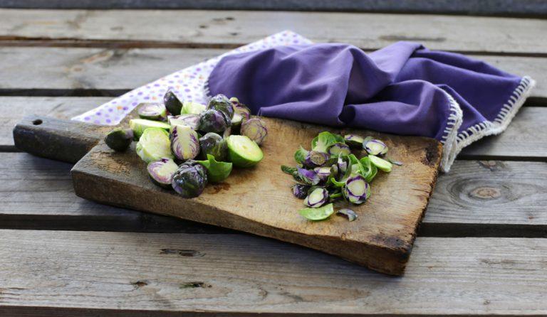 Pulite i cavoletti di Bruxelles togliendo le foglie più esterne, tagliateli in due e fateli bollire per circa 10 minuti in acqua salata.