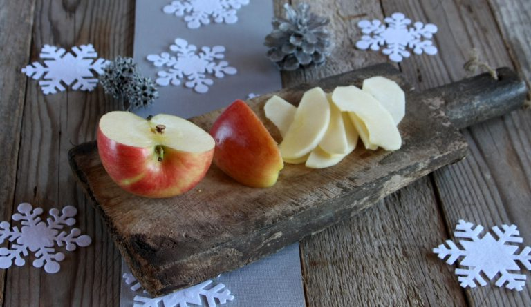 lavate la mela e tagliatela a fettine sottili.