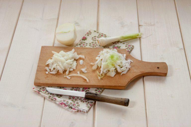 Sminuzzate la cipolla ed appassitele in un tegame con l'olio extravergine d'oliva.