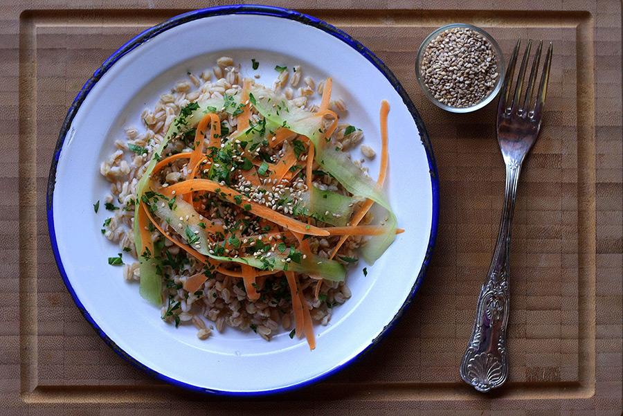 Insalata di farro con carote e cetrioli