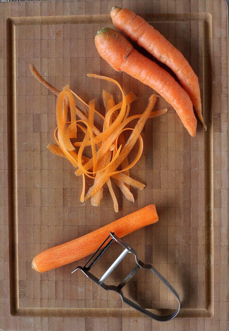 Nel frattempo pelate le carote e create delle strisce con il pelapatate