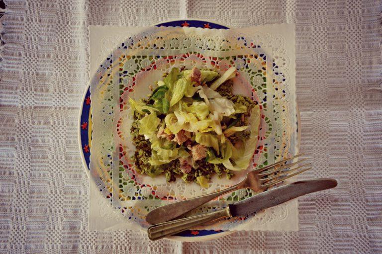 Mescolate l'insalata leggermente salata con il tonno, condite con l'olio e distribuitene un quarto su ogni frittatina di zucchine.