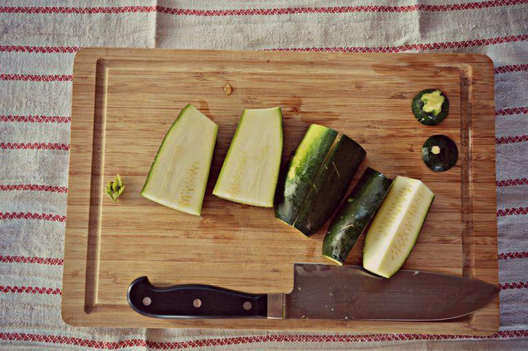 Lavate e spuntate le zucchine tagliatele a quarti