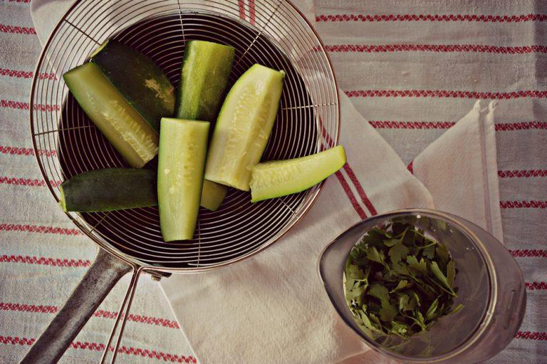 cuocetele in acqua bollente salata per 5 minuti, mettete nel bicchiere del mixer le zucchine, lo yogurt, il prezzemolo, il basilico, gli albumi, un pizzico di sale e una macinata di pepe