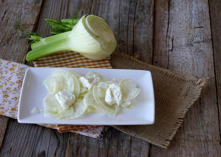 Adagiate sul fondo del piatto i finocchi e conditeli con la vinagrette, aggiungete poi la frutta secca e il formaggio di capra prima di servire.