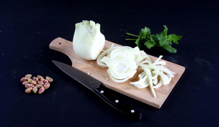 Tagliare i finocchi molto sottili.