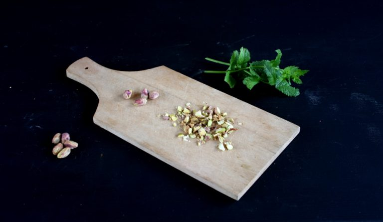Tritate grossolanamente i pistacchi ed uniteli come parte croccante. Servite con qualche fogliolina di menta.