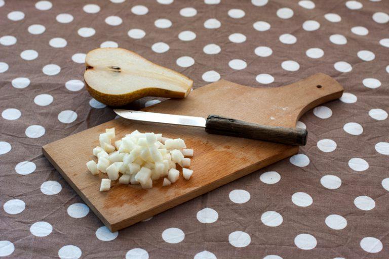 Lavate e tagliate a tocchetti la pera