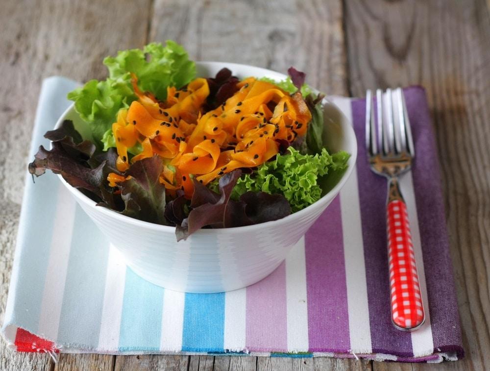 Insalata riccia con carote in agrodolce