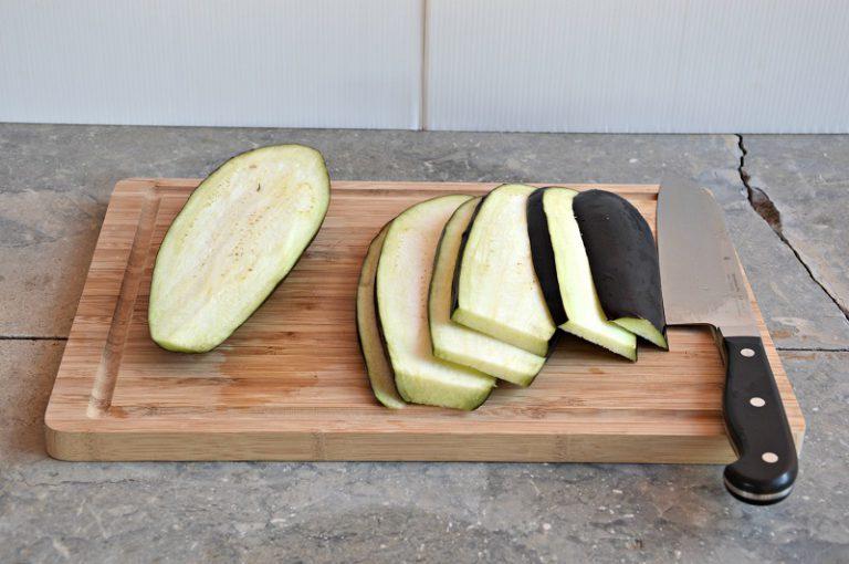 Lavate la melanzana, affettatela nel senso della lunghezza a fette di circa 4 mm di spessore. Cuocetele su una piastra rovente da ambo i lati e salate leggermente.
