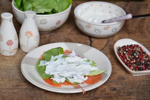 sistemare le fettine di salmone su un piatto e farcirle prima con l'insalata e poi con la ricotta