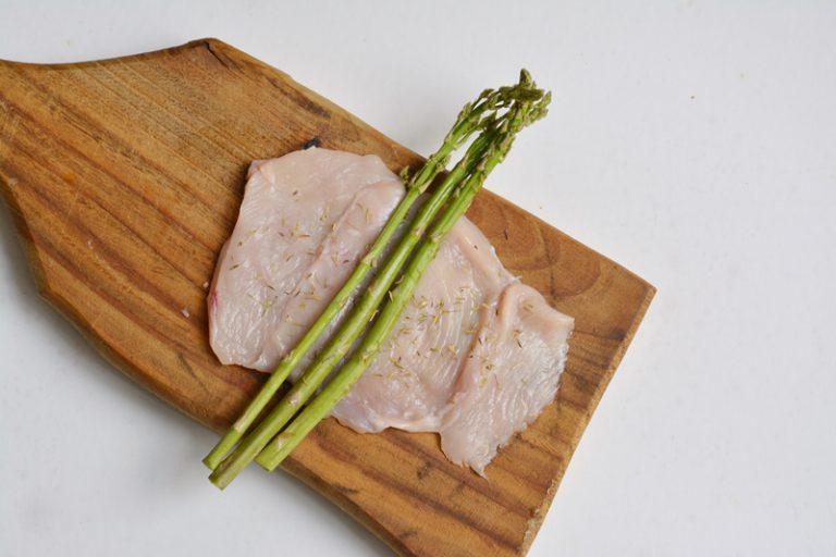 farcire le fettine di pollo con gli asparagi e aggiungere il timo fresco