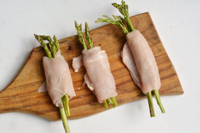 avvolgere le fettine di pollo e se necessario fermarle con uno stecchino di legno