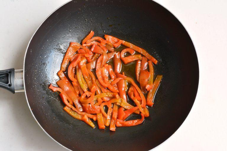 tagliare il peperone a fettine sottili e cuocere in padella con poco olio e un po' di cipolla