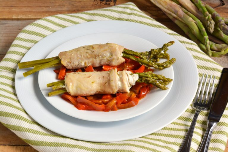 servire gli involtini di pollo con i peperoni