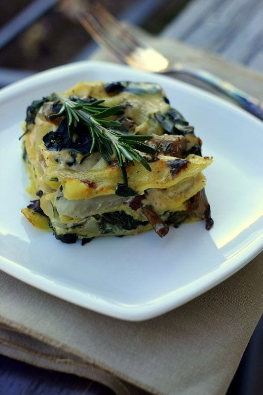 Ungere una teglia per lasagne e iniziare a creare gli strati di pasta con i funghi e le patate, le biete tagliuzzate con il coltello, la besciamella, fino a terminare gli ingredienti. Completare l'ultimo strato con una spolverata di trito di erbe aromatiche. Cuocere le lasagne in forno per 20 minuti a 180° e finire gli ultimi 5 minuti con il grill.