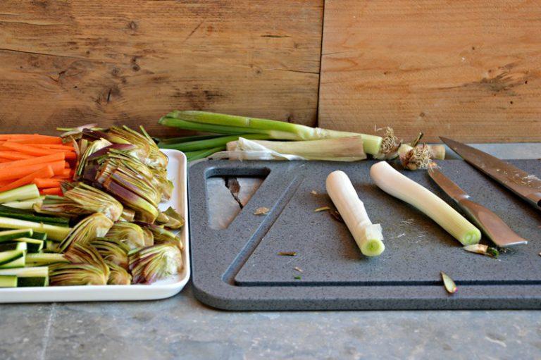 Affettate i carciofi, tagliate le verdure a filetti e brasate in una padella antiaderente con 10 g di olio, se necessario aggiungete pochissima acqua, coprite e portate a cottura. Salate e pepate