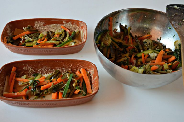 Preparate 4 pirofile mono porzione, ungetele con un'idea di olio disponete a strati pasta, verdure e besciamella
