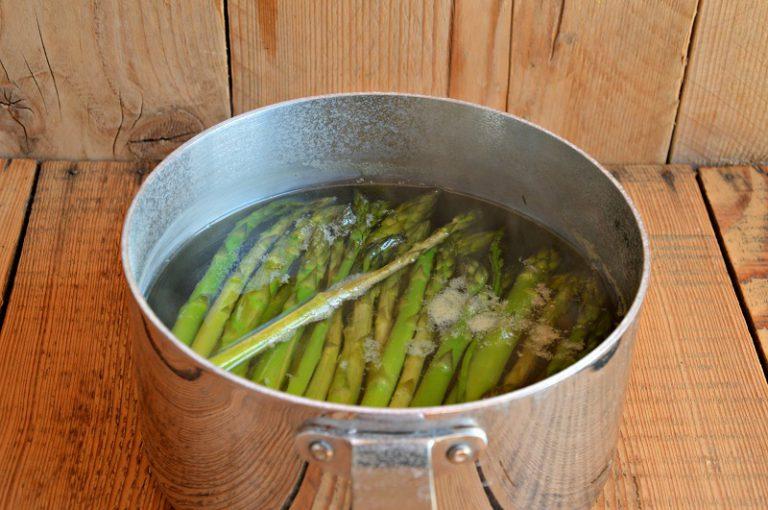 Eliminate la parte dura degli asparagi, lessateli in acqua bollente salata per 10 minuti, scolateli conservando un po' di acqua di cottura.