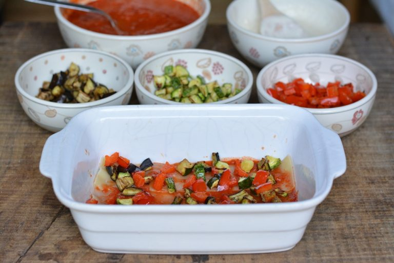 Successivamente farcite la sfoglia con le verdure e la salsa.