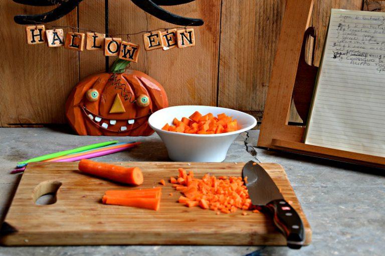 Tagliate la zucca e la carota a dadini