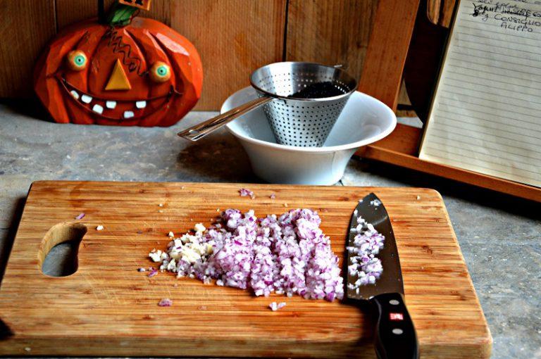 Tritate la cipolla e l'aglio