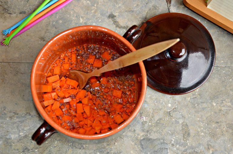 Ponete il battuto sul fuoco con un fondo d'acqua e metà dell'olio, stufate per una decina di minuti e poi aggiungete le lenticchie lavate. Mescolate per fare insaporire e coprite con dell'acqua. Coprite e portate a bollore, cuocete per circa 45 minuti o fino a quando le lenticchie saranno cotte. Frullate metà della minestra e poi rimettetela in tegame