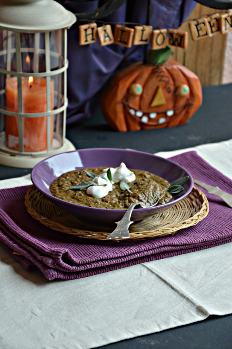 Servite in 4 scodelle individuali, completate ogni piatto con un cucchiaio di yogurt e qualche fogliolina di salvia intera.