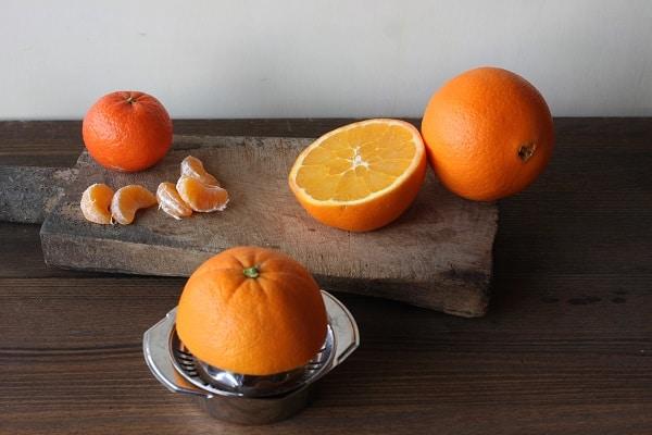 Pelate i mandarini e tagliate gli spicchi a metà.