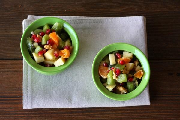 Spremete le arance e unite al succo i due cucchiai di zucchero di canna, coprite con della pellicola e lasciate riposare per almeno mezzora prima di servire.