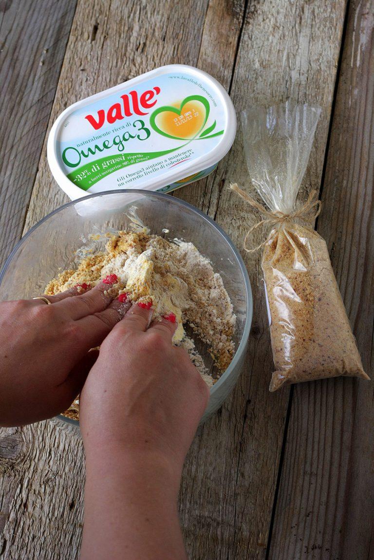 In una ciotola  lavorate lo zucchero, le farine e la margarina sfregandolo fra le mani fino ad ottenere una consistenza sabbiata.