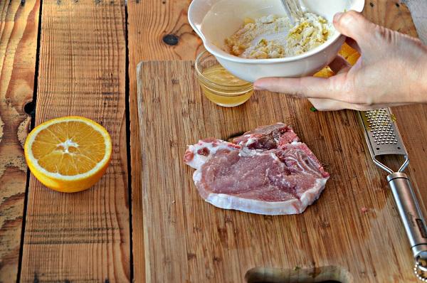 Mescolate la farina con la scorza d'arancia e il sale