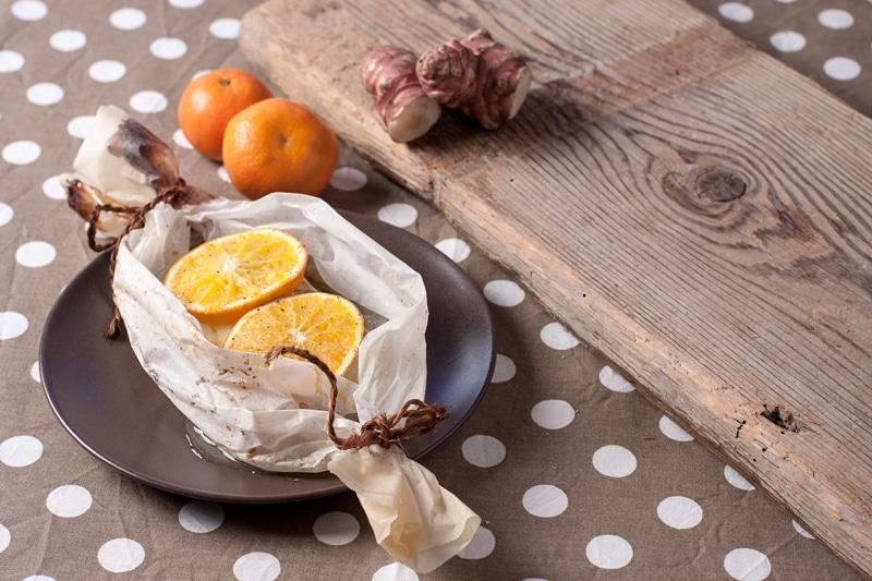 Merluzzo al cartoccio con topinambur e arance