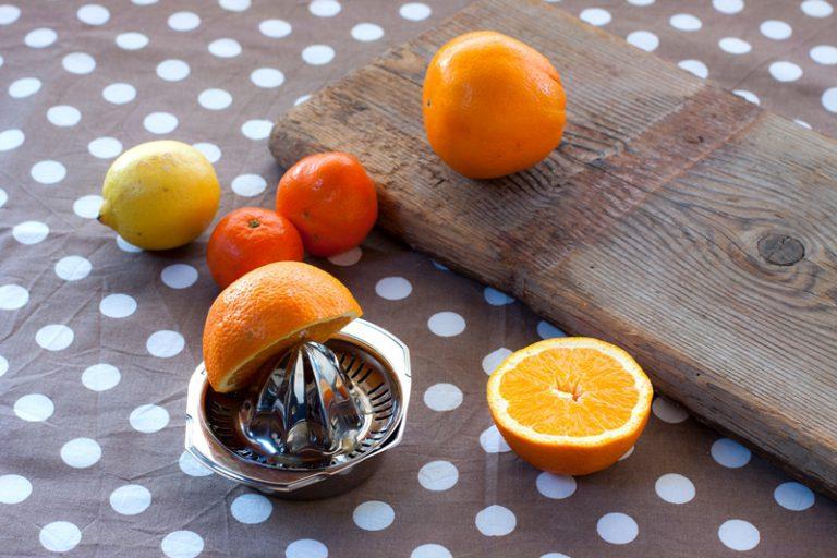 Spremete il succo di due arance ed unitelo con quello dei mandarini e del limone.