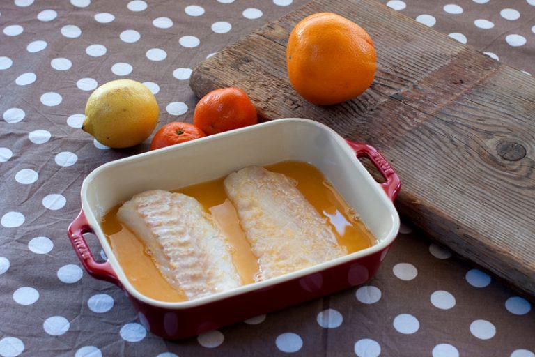 Mettete i filetti di merluzzo a marinare per un'ora , girandoli a metà del tempo.
