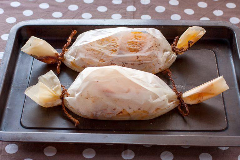 Condite con un cucchiaio di olio ogni cartoccio, un po' di scorza d'arancia, sale e pepe.