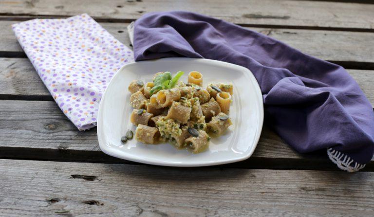 Servite con alcuni spicchi di arancia pelata a vivo, qualche fogliolina ed alcuni semi di zucca tostati.
