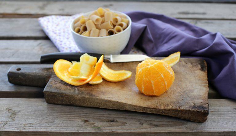 Sbucciate le arance a vivo con l'aiuto di un coltellino molto affilato, cercate di togliere tutta la pellicina mantenendo solo la polpa dello spicchio.