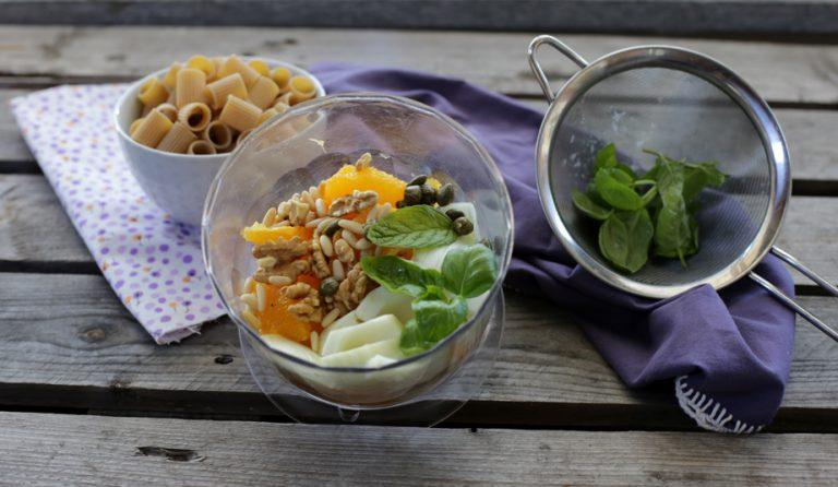 Mettete gli ingredienti in un mixer da cucina, aggiungete l'olio extravergine d'oliva, sale e pepe e frullate il tutto ottenendo un composto morbido.