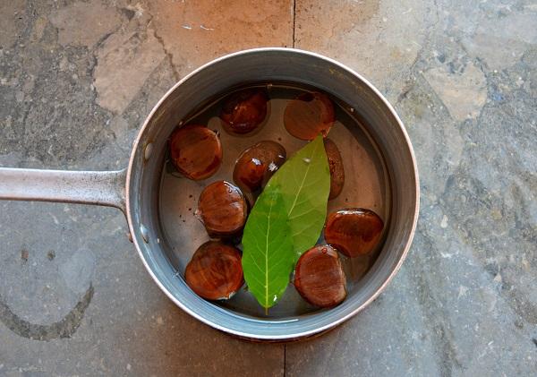 Incidete le castagne e lessatele con l'alloro per 35 minuti